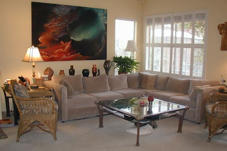 Beautiful, bright modern home private room - House