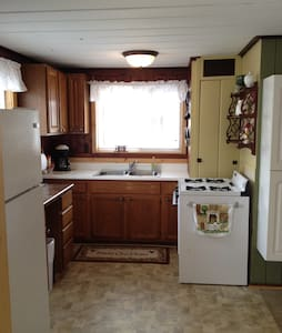 Lakefront Cabin for 2 - Hastings - Cabana