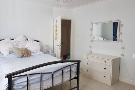 Beautiful light and airy spacious double bedroom - Hayes - Maison