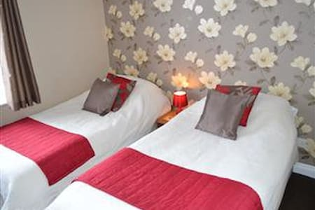 Little Lodge B&B Twin / double room hot tub use - Walcote - Bed & Breakfast