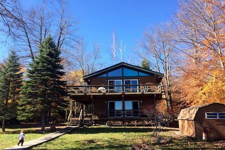 Charming Poconos lakefront cabin - Hus