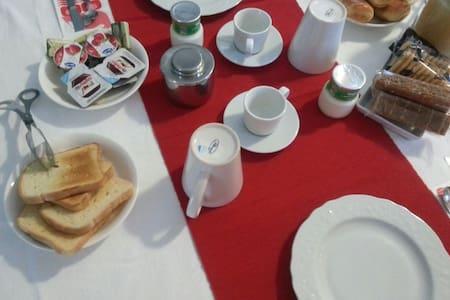 Comoda stanza & colazione inclusa - Hus