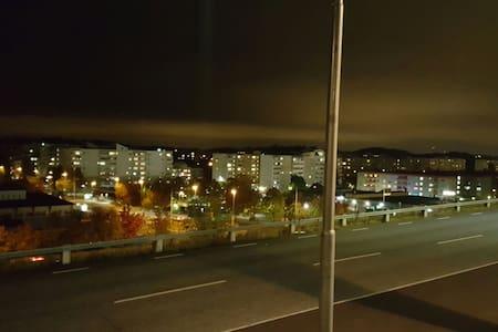 Nära Tbana och buss - Botkyrka - Huoneisto