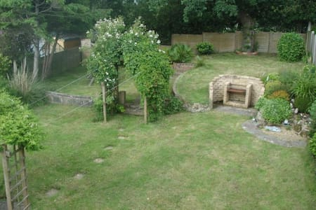 Cosy twin room over-looking large garden - Hastings - House