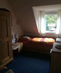 Ruhiges Zimmer in schönem Reihenhaus, Hamburg-nah - Casa adossada