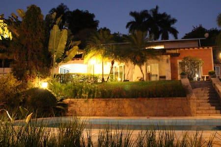 Casa linda com Piscina em Condomínio privilegiada - Haus