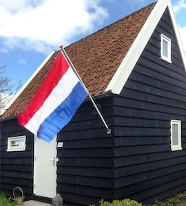 Rural, at the waterfront and close to Amsterdam - Oostknollendam - Mökki