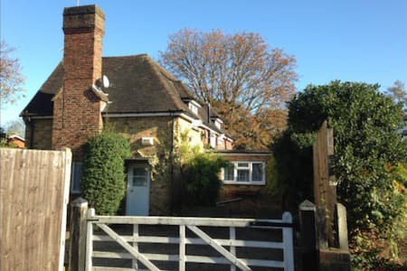 **STUNNING DETACHED COTTAGE** - Casa