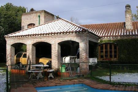 Casa con pileta en Parque Leloir - Udaondo - Dom