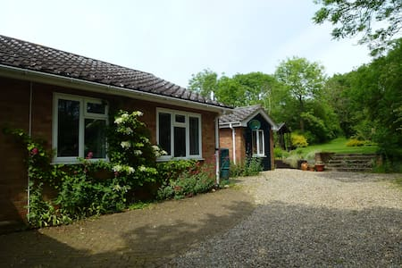 Light and modern bungalow,large garden.Sleeps 4+ b - Bungalo