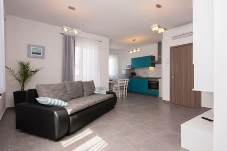 One bedroom apartment - Brodarica - Leilighet