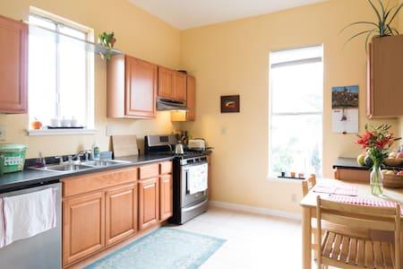 Sunny West Oakland Apartment - Apartment