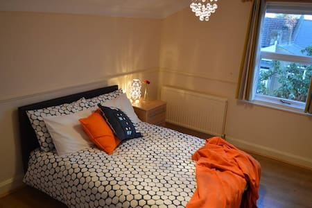 A Small Double Room in Wimbledon - Rumah