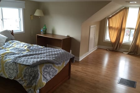 Large room in central Oshawa - Oshawa - Ház