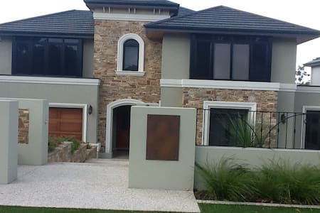 Large bedroom & private bathroom - Floreat - House