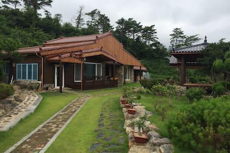 직접 재배하는 유기농채소와 편백나무로 지은 깨끗한 전원주택 - Hus