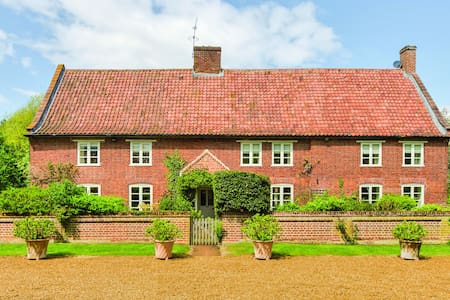 Woodfarm House,  North Norfolk - Helhoughton - Bed & Breakfast