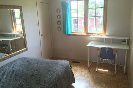 Sunny private bedroom close to Montreal Downtown - Brossard - Haus