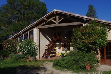 Grande chambre 6 places dans la ferme du bonheur.. - House