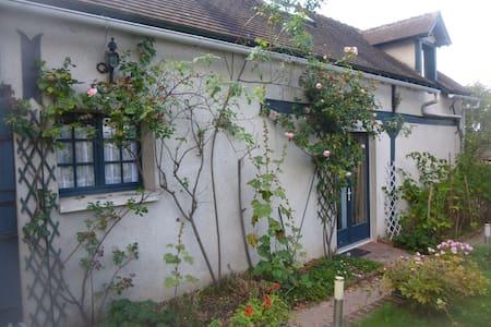 Petite maison dans propriété - House