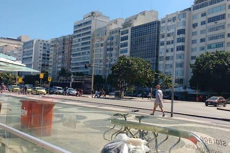 Apto 02 quartos Av. Atlântica. - Rio de Janeiro