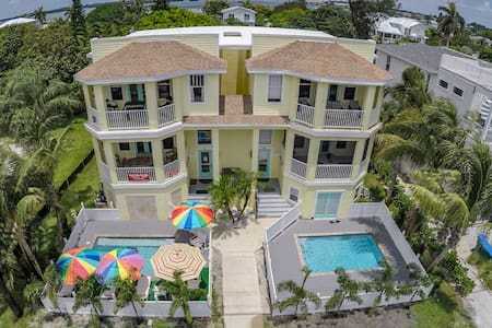 5-Star Beachhome 2-minute stroll to Gulf Beach! - Townhouse