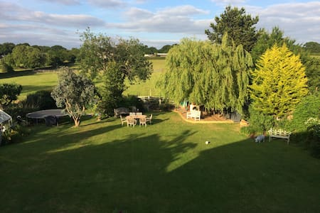 Large Friendly Family Home to share - Ashtead - Bed & Breakfast