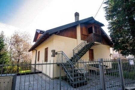 Magnifica mansarda con piccolo giardino privato - Castione della Presolana - Apartment
