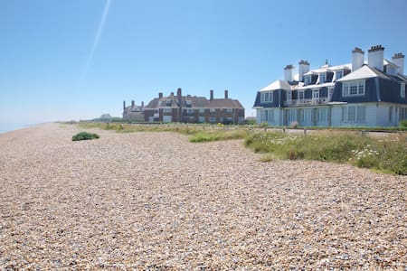 Glorious beach front property, Sleeps 6! - Kent