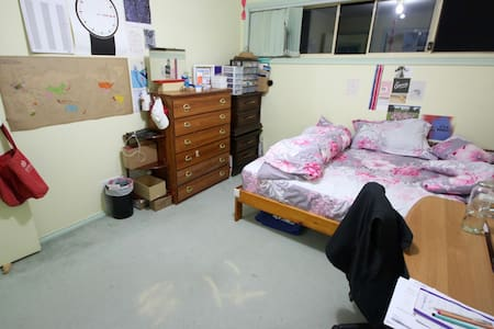 Huge Room Right Out of Melbourne - Byhus