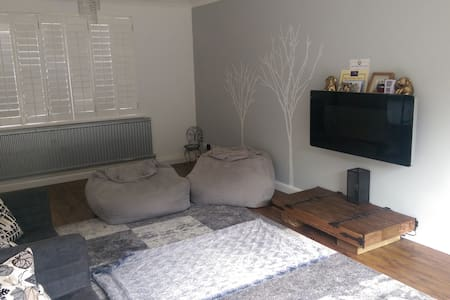 lovely homely feel close to travel facilities. - Two Mile Ash - House