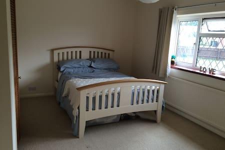 Bright, comfy friendly home parking - Berkhamsted - Casa