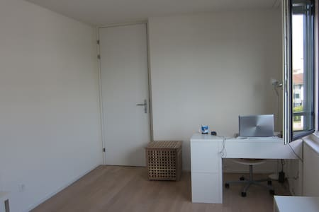 The room is 16m2 big, near station. - Apartamento