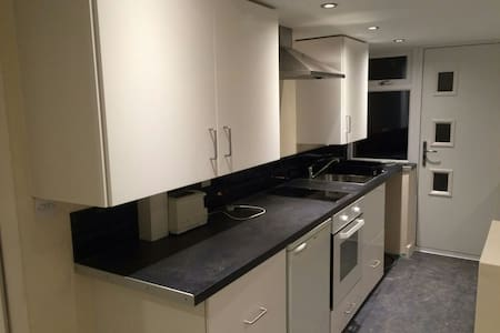One bed flat w/parking nr station - Apartment