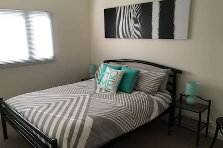 Renovated 1 bed flat, walk to CBD - Leilighet