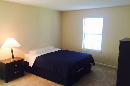 Clean/Spacious 3-BR Apt (Great Location) - Pis