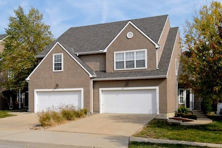 Spacious 1 BR 1 BA room in W. Overland Park/Lenexa - Stadswoning