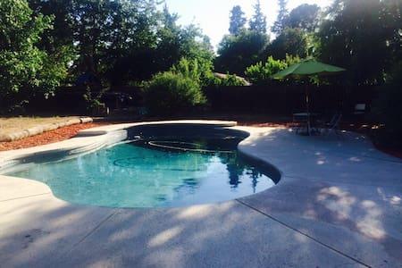 Hummingbird Cottage in Fig Garden - Fresno - Apartment