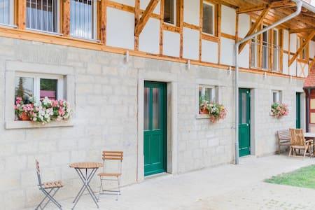 Traumhafte Ferienwohnung mit Bachlauf im Garten - Simmershofen - Apartment