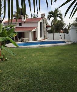 Acogedora casa con alberca y jardín - House