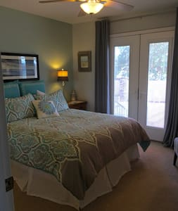 Peaceful Queen Room with Private Bath and Entrance - Redding
