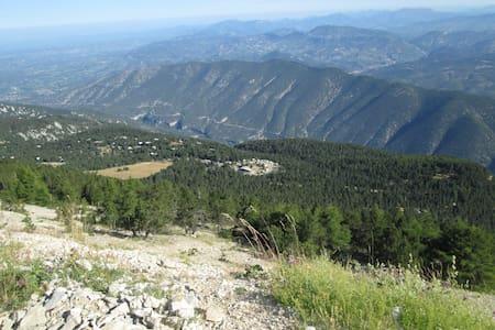 Caravane Eriba à l'altitude 1410m sur le Ventoux. - Camper/RV