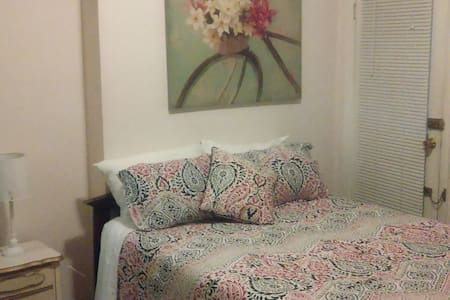 Beacon Hill cozy room queen bed