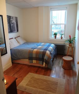 Simple, Comfortable Downtown Room - Bed & Breakfast