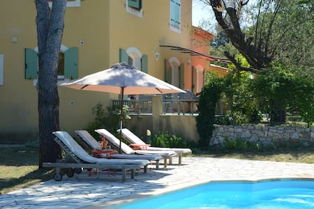 Les Rosiris, villa avec piscine , et vue superbe - Rians
