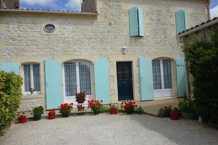 Ch  sur jardin au coeur du village - Saint-Quantin-de-Rançanne