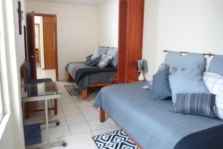 Cómoda habitación, dos camas, baño privado - Guadalajara