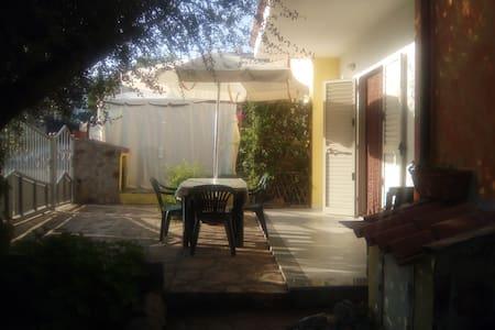 casa con due ingressi, giardino ben arredata. - House
