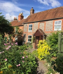 Charming historic cottage in pretty garden - Wantage - House