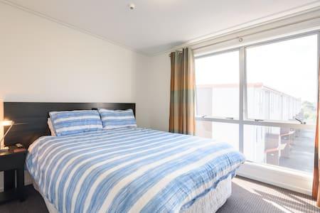 Modern Apartment near Airport & CBD - Auckland - Apartment